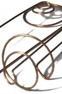 Шпильки «Эрато» представляют собой уникальный резонаторный медный контур, активизирующий энергетическую природу волос. Шпильки «Эрато» — это любовная песня музы. Описание Шпильки «Эрато» серии «The Perfect One» придают силу не только волосам, но и всему телу. Украшение улучшает энергообмен в мозге, повышает его тональность. Используя шпильки «Эрато», женщина становится желанной, открытой для страсти и любви. Украшение помогает вдохнуть в душу любовь, преображая женскую красоту, спрятанную за физическим восприятием, и делая женщину благородной и более чувственной. Шпильки «Эрато» также улучшают мыслительную активность, формируя определённое усилие в мозге. Шпильки «Эрато» серии «The Perfect One» представляют собой терапевтический структурный резонансный контур, предназначенный для повышения энергетической тональности волос. Украшение защищает волосы от зацепления негативной энергии, буквально «метая гром и молнии» в любого, кто допустит неуважительное высказывание не только о волосах женщины, но и о ней самой. Применение Рекомендуется применять для волос, за которыми ухаживают с помощью натуральных средств.